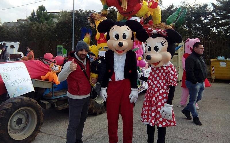 Mouse mickey e minnie clown con l'uomo