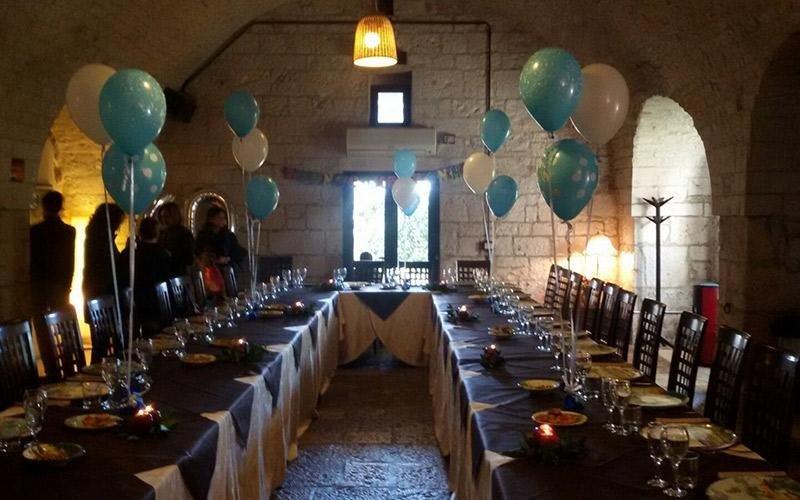 Zona pranzo decorata con palloncini
