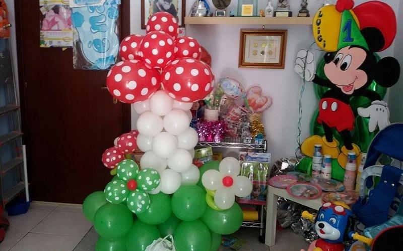 Decorato palloncini rossi, bianchi e verdi con mouse mickey