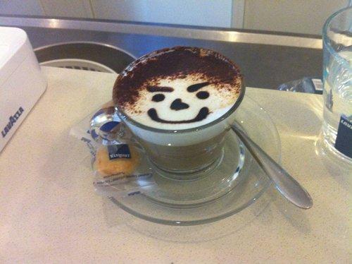 caffe macchiato con disegni di cioccolato