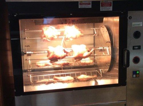 Cucinando i polli alla griglia