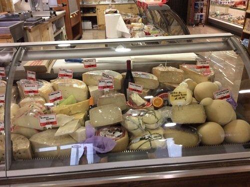 Vetrina piena di diversi formaggi