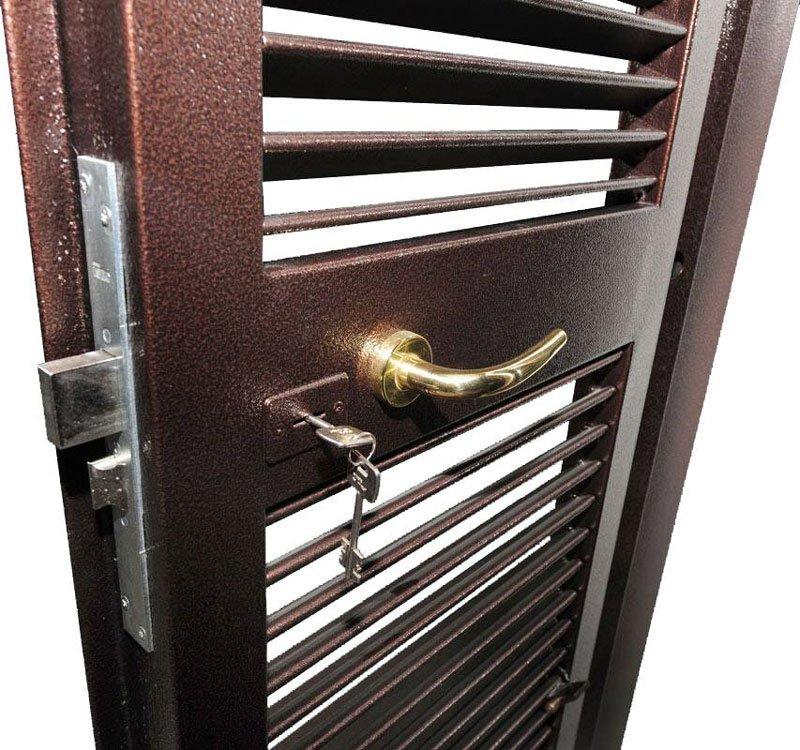 una persiana bordeaux con una chiave nella serratura in metallo e maniglia dorata