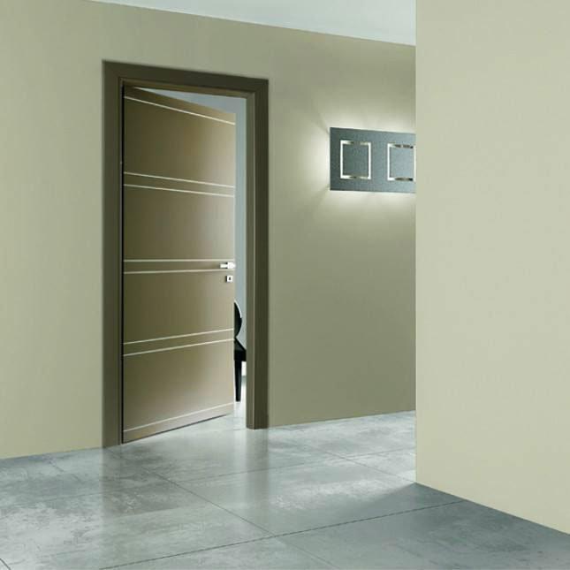 ista di una porta color verde pisello semi aperta e un coprilampada a di metallo a muro