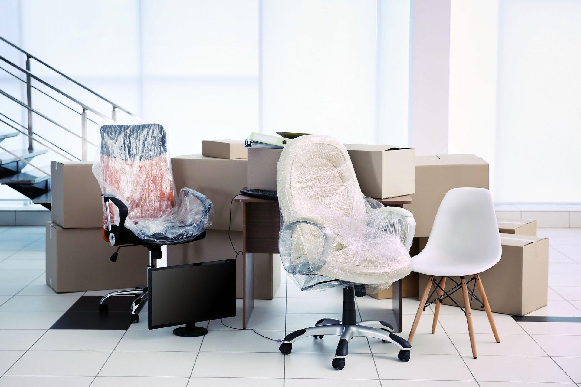 sedie e scatole imballate