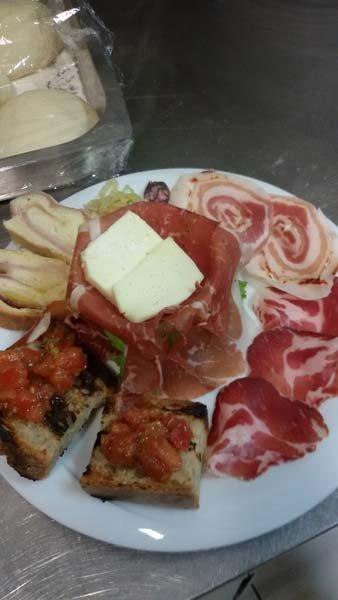 piatti di affettati misti con bruschette e formaggio