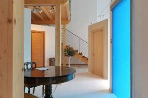 un tavolo rotondo e delle porte in legno