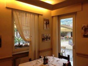 una cucina con un tavolo e vista di una porta e una finestra
