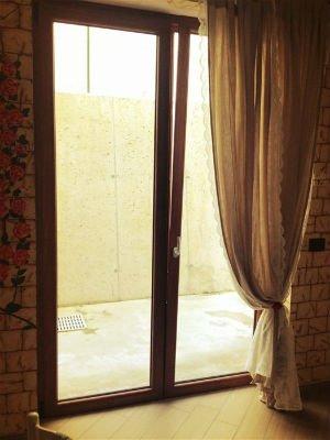 una porta finestra in legno marrone