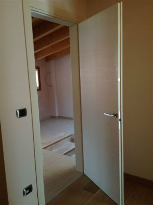 una porta bianca semi aperta