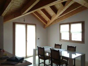 un tavolo con delle sedie e un soffitto in legno