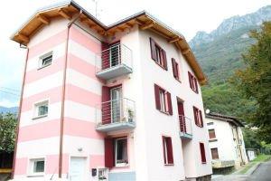 un condominio bianco e rosa