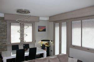 un salotto e cucina con un lampadario a spirale