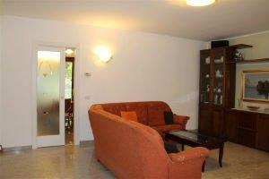 un divano arancione e dei mobili in salotto