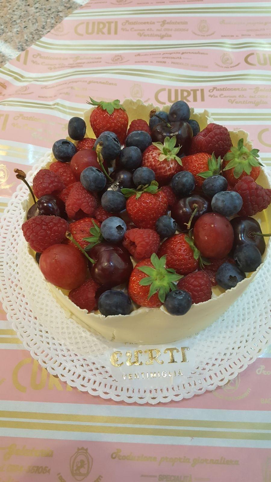 torta di compleanno alla frutta.