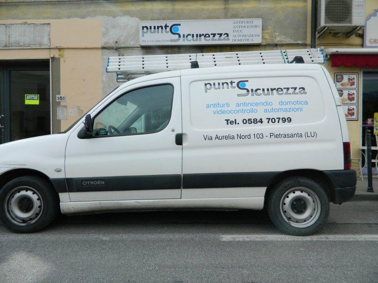 il furgone dell'azienda Punto Sicurezza