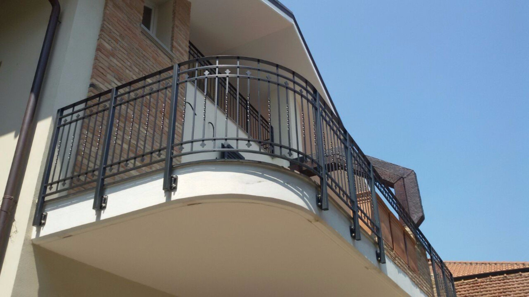 un balcone con una ringhiera nera