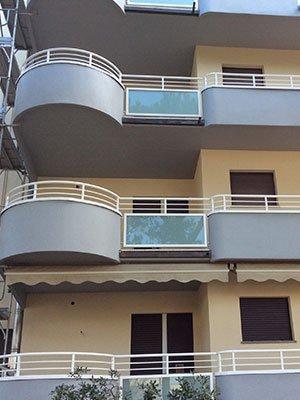 delle ringhiere bianche di alcuni balconi