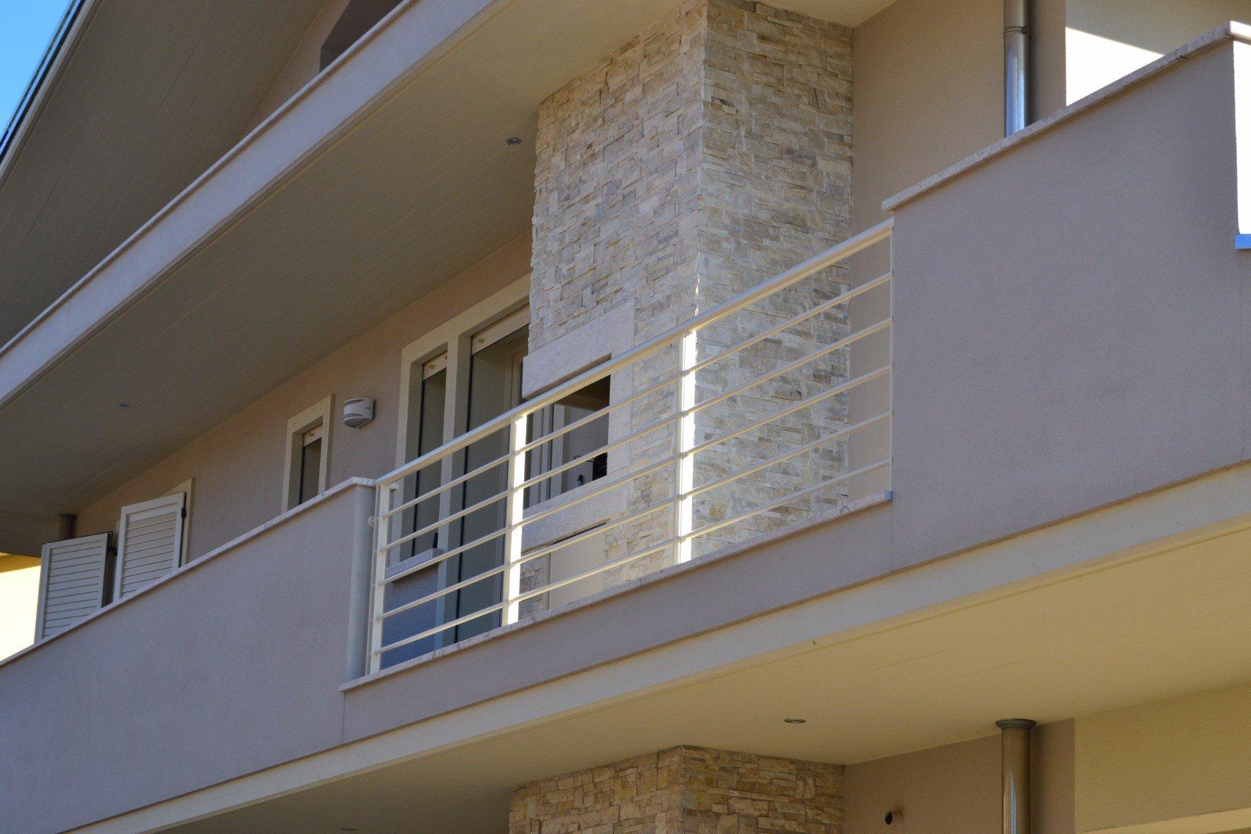 una ringhiera bianca di un balcone