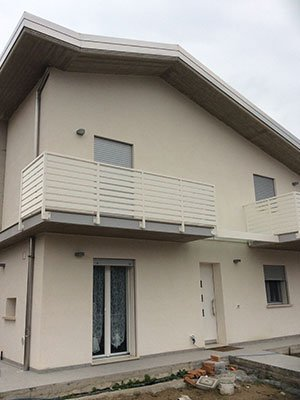 una casa beige con un balcone