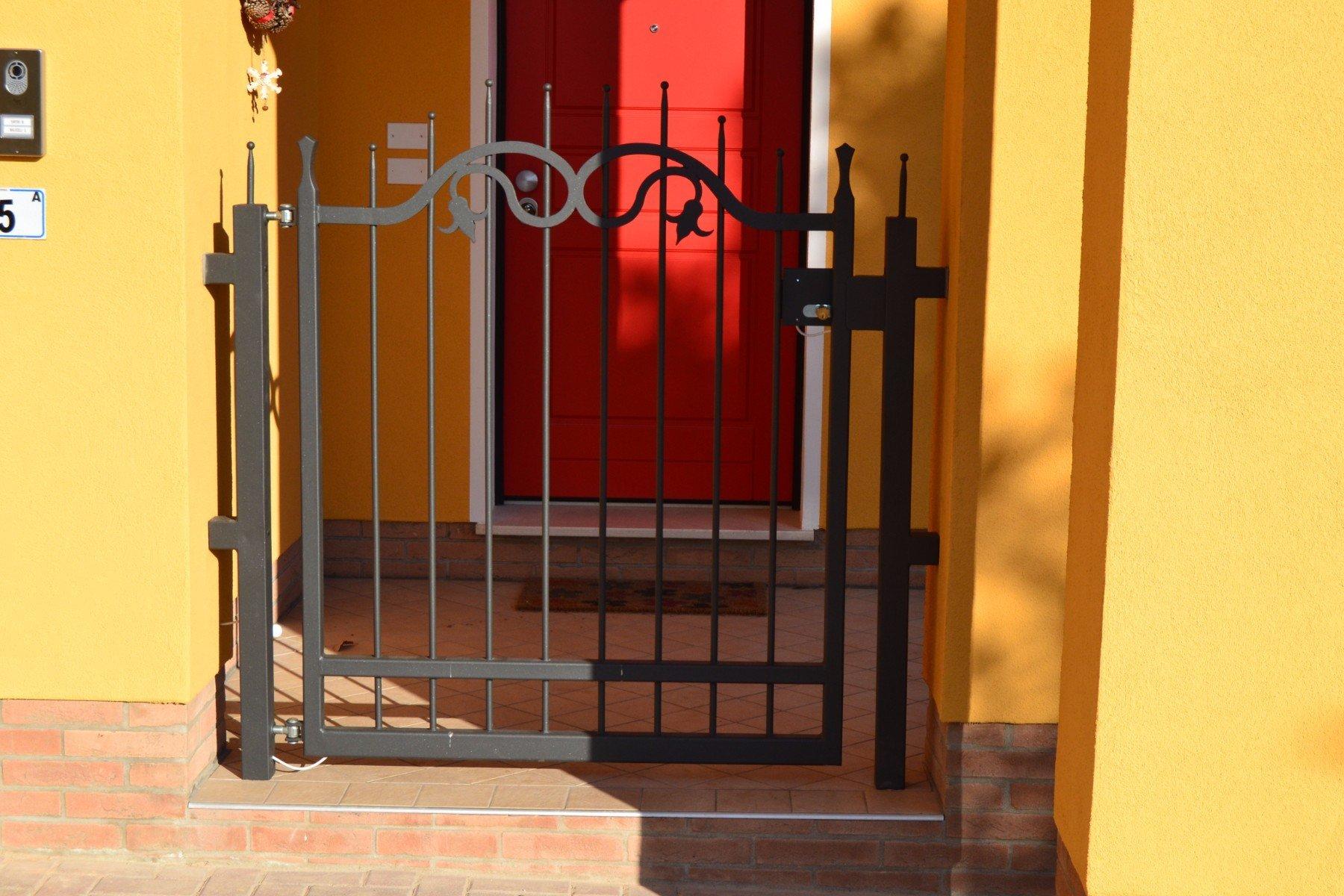 un cancello in ferro battuto nero