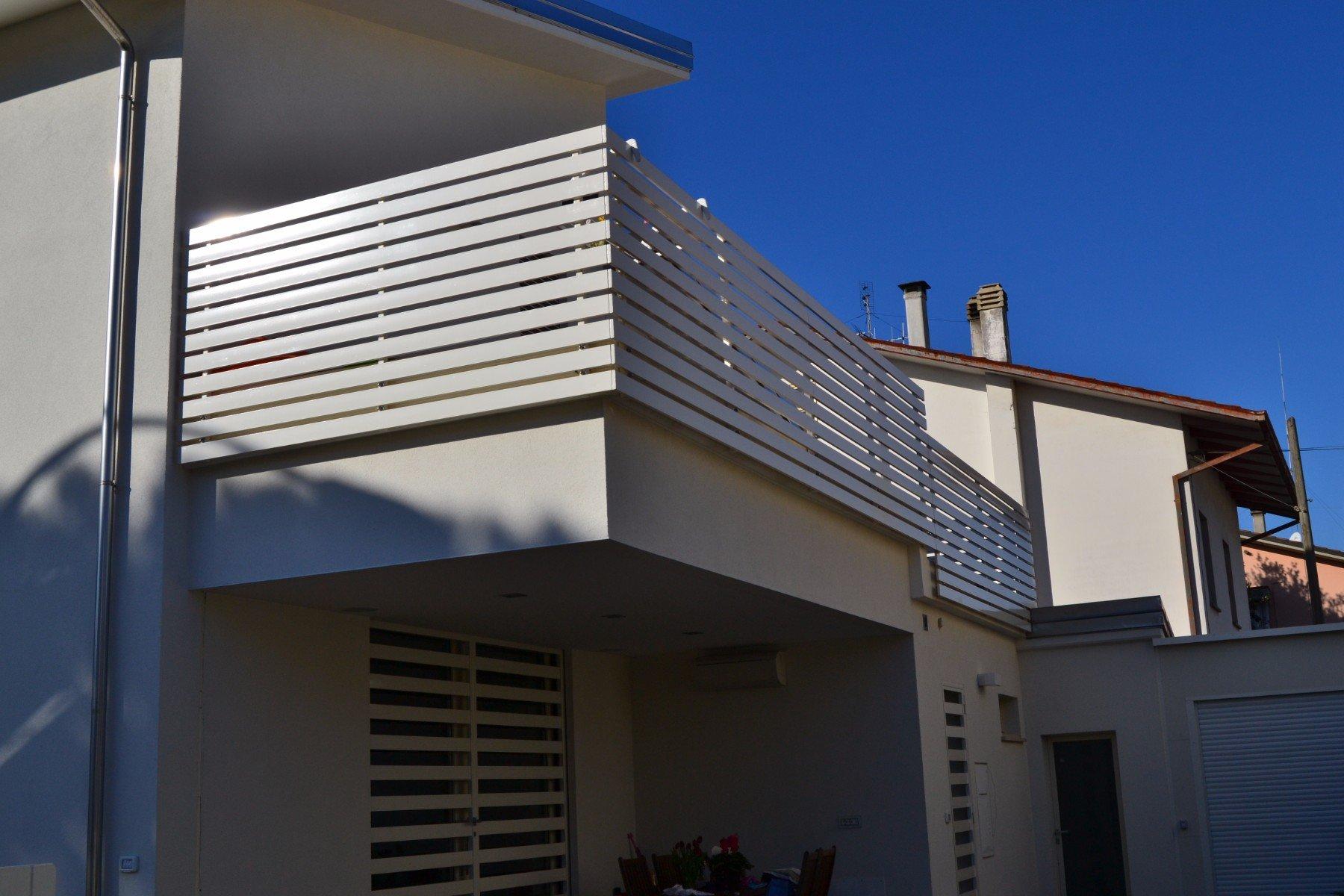 ringhiera di un balcone di color grigio