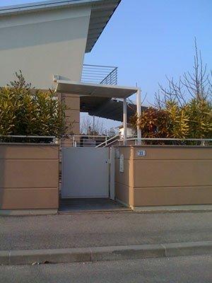 un cancello in ferro di color grigio