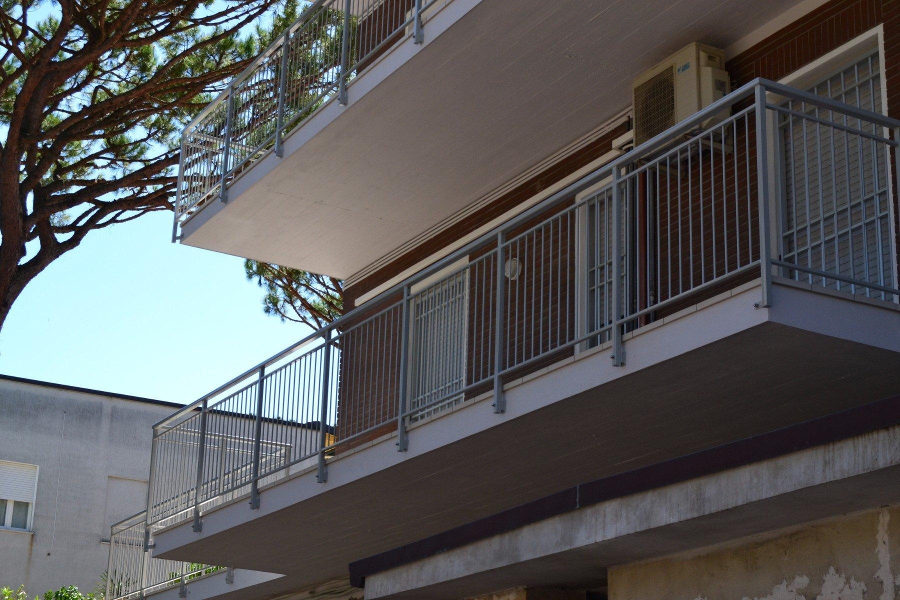 un balcone con una ringhiera in ferro battuto nera