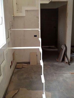 una struttura di una scala in un appartamento in fase di ristrutturazione