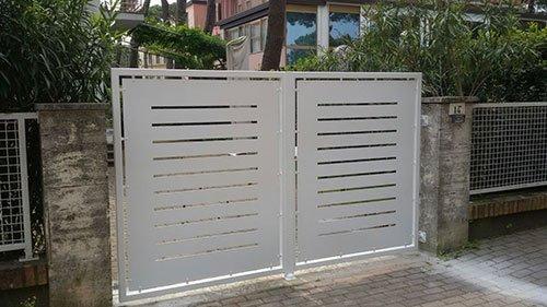 un cancello bianco con disegni a righe