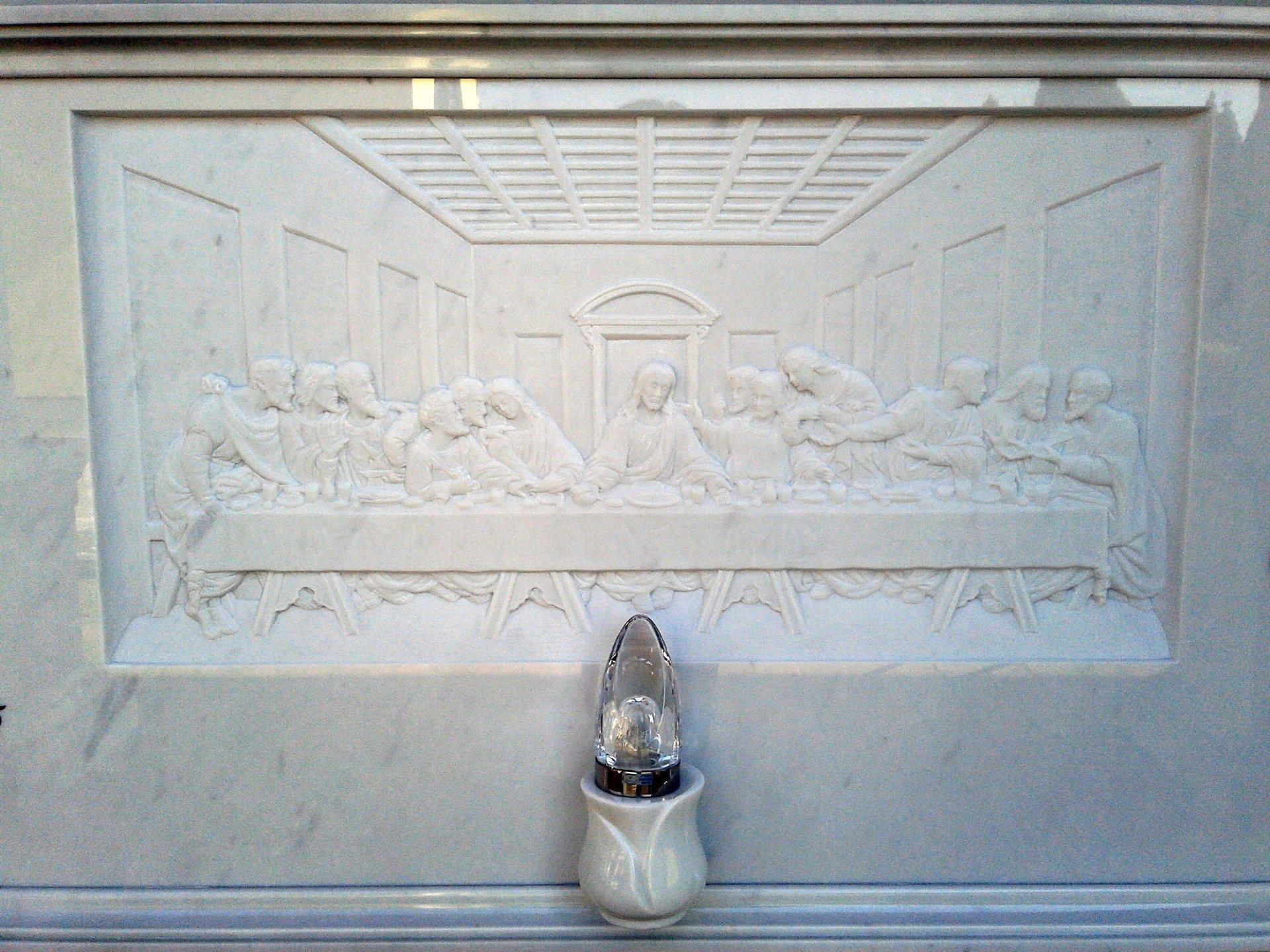 bassorilievo su marmo bianco rappresentante l'ultima cena