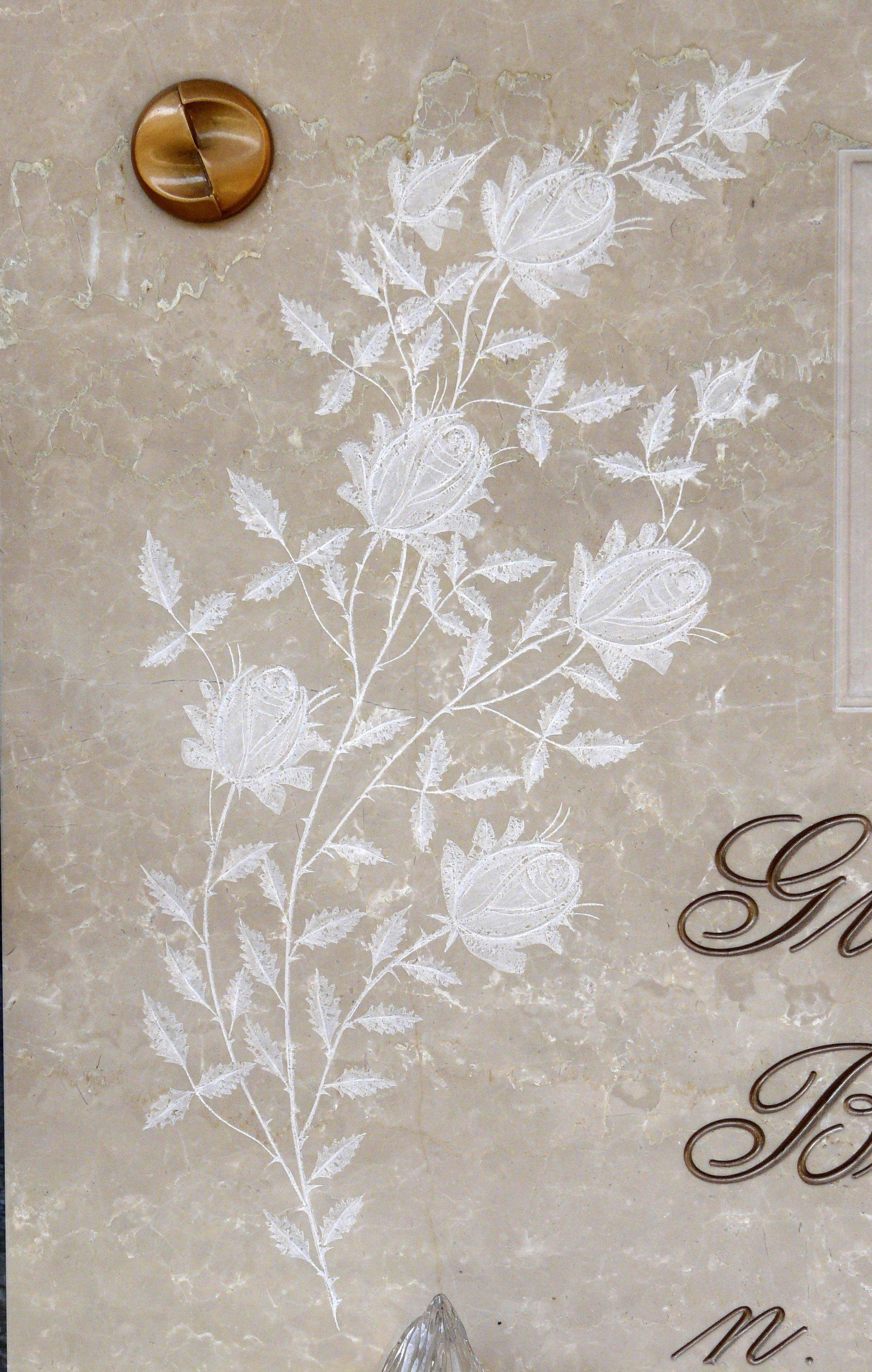 bassorilievo su marmo beige rappresentante  dei fiori