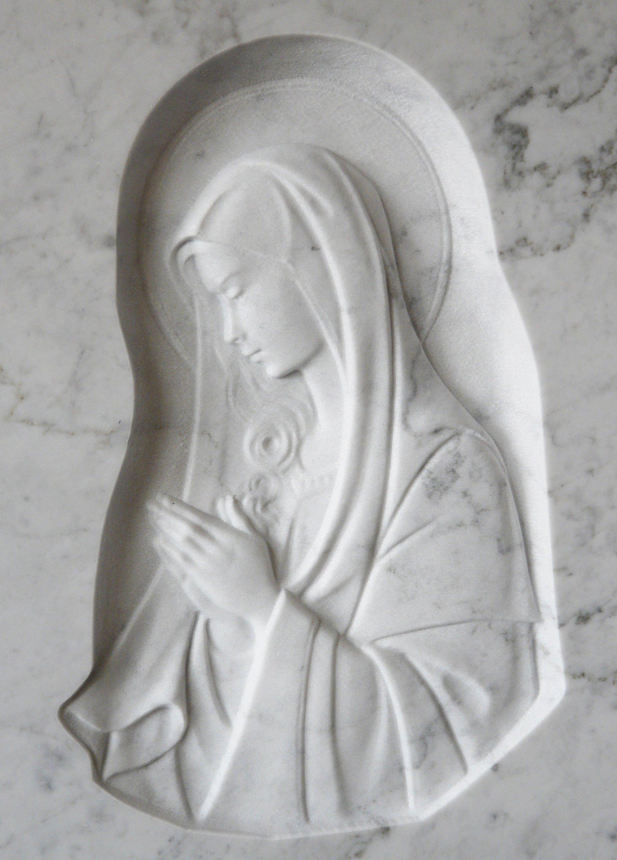 bassorilievo su marmo bianco rappresentante maria che prega