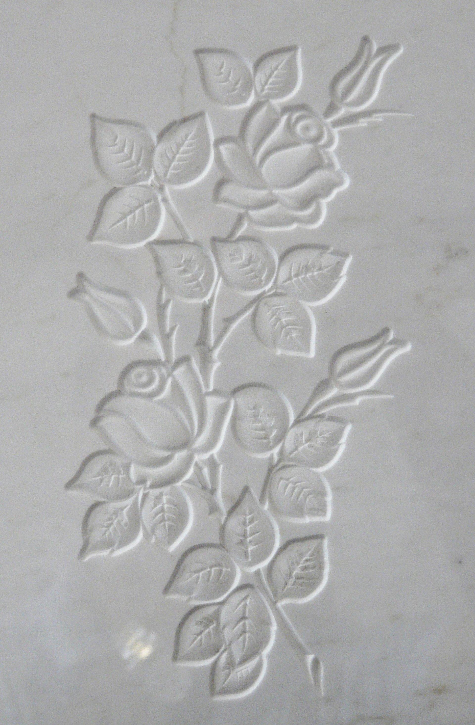 bassorilievo su marmo bianco rappresentante una rosa