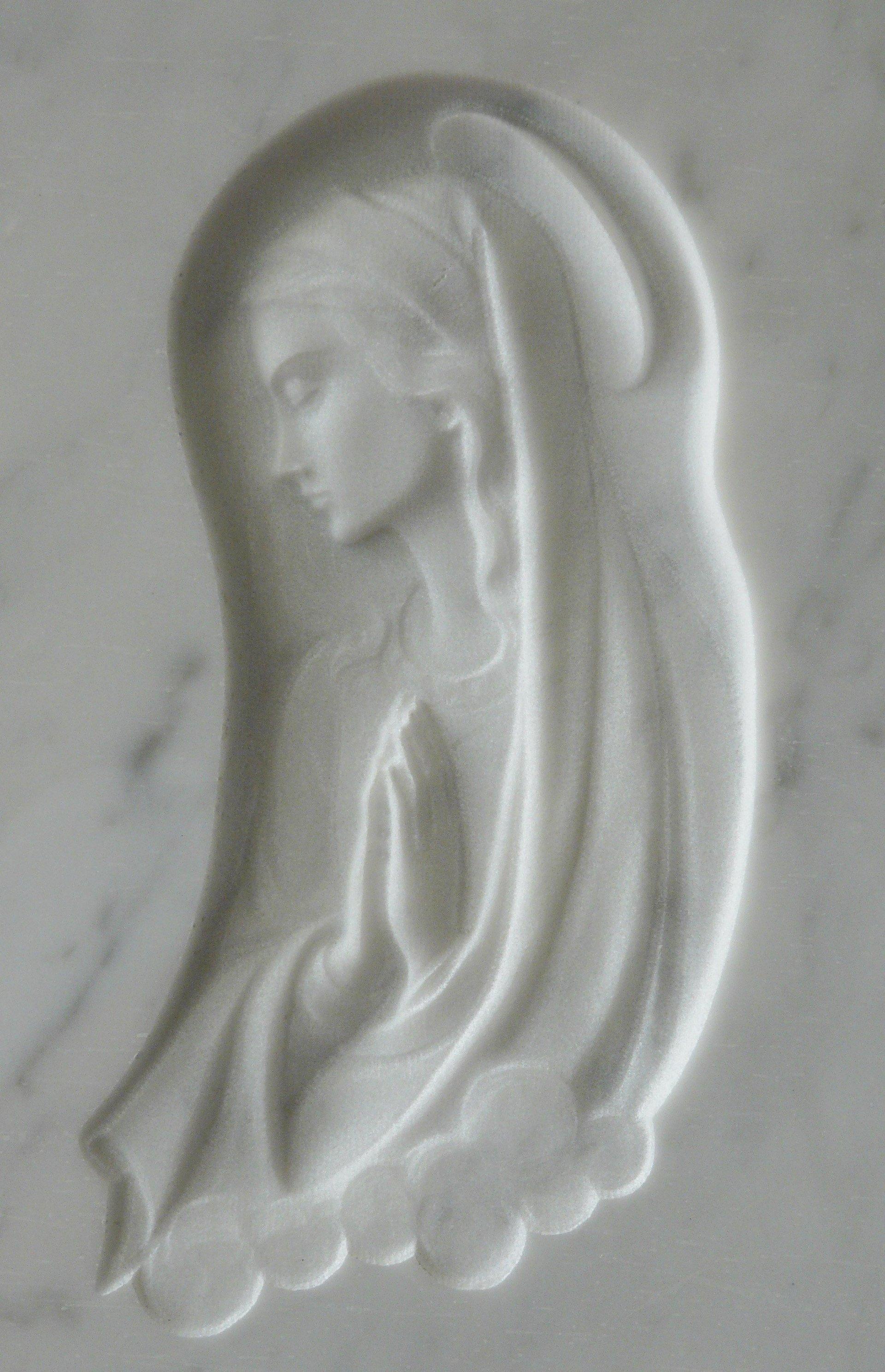 bassorilievo su marmo bianco rappresentante maria