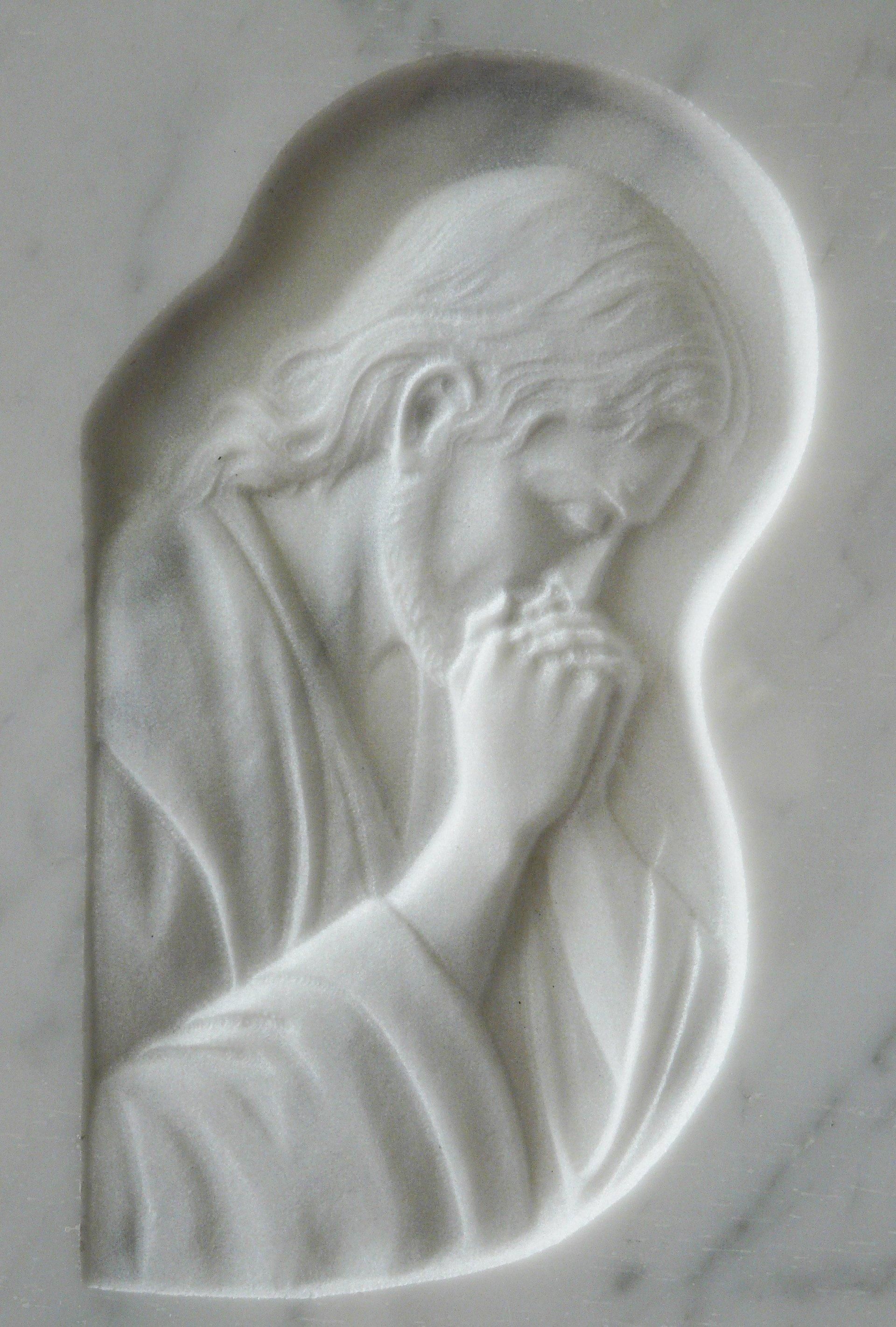 bassorilievo su marmo bianco rappresentante gesù che prega