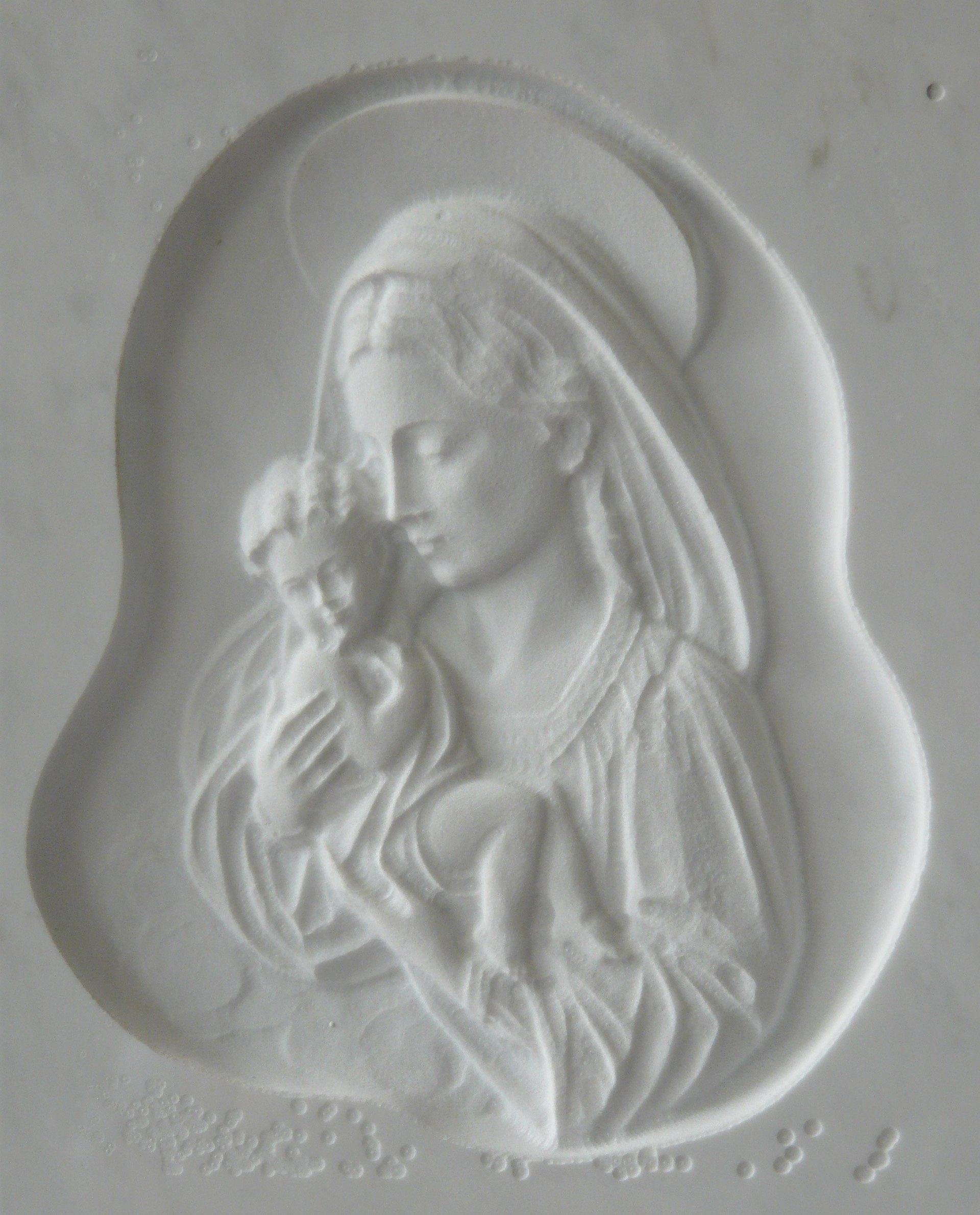 bassorilievo su marmo bianco rappresentante la madonna con gesù