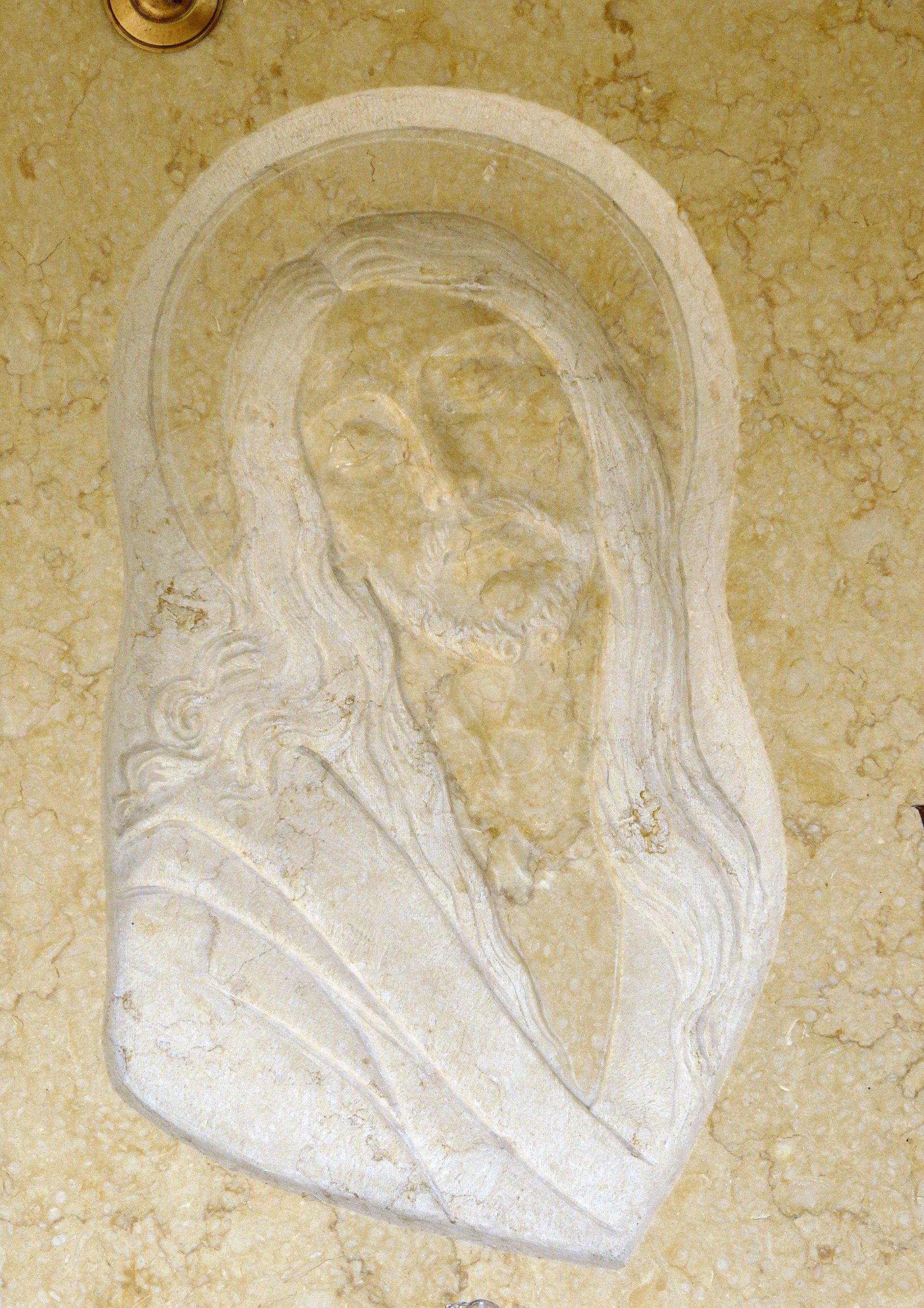 basso rilievo su marmo giallo rappresentante una madonna