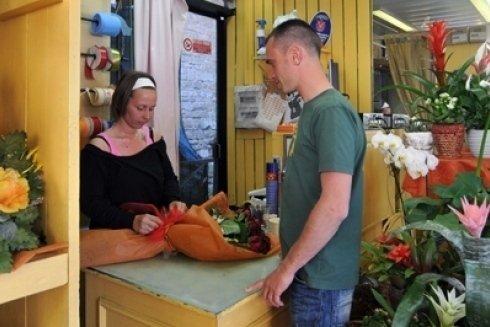 Cliente attende confezionamento mazzo di fiori