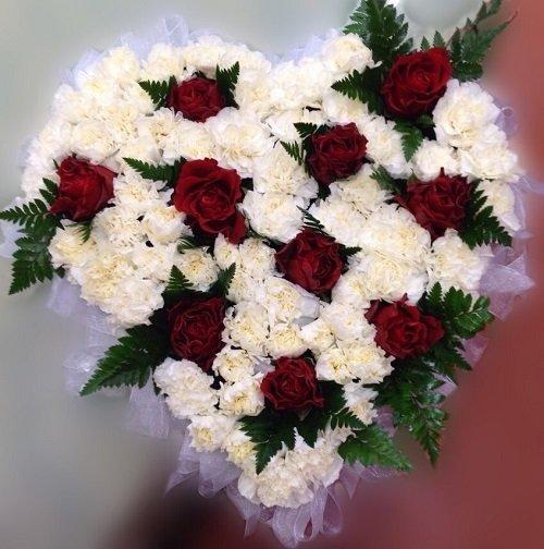 Bouquet di fiori bianchi e rossi a forma di cuore