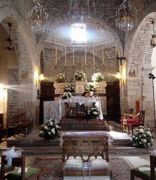 Chiesa addobbata con fiori