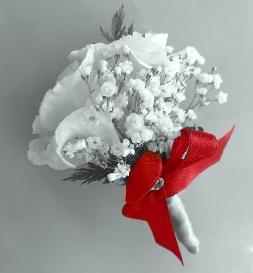 Bouquet bianco con fiocco rosso