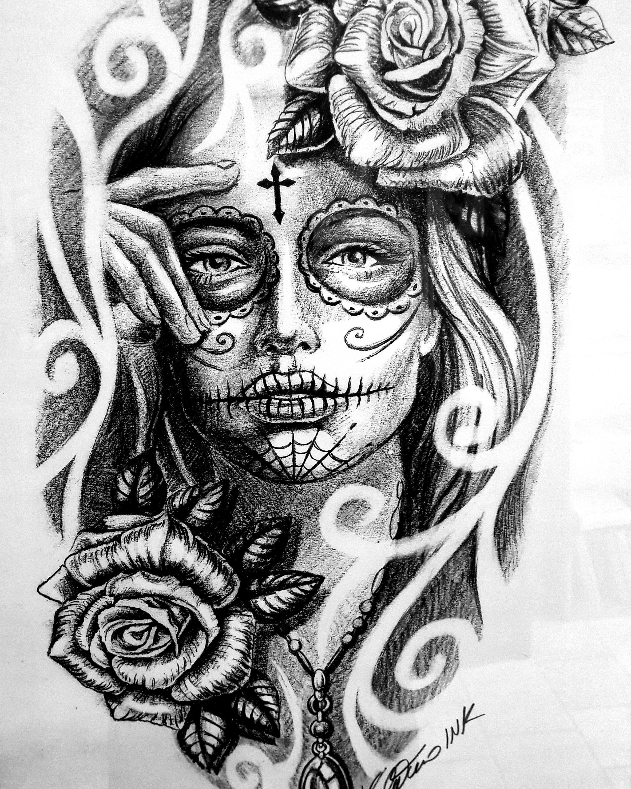 tatuaggio donna con simbolo della croce in fronte