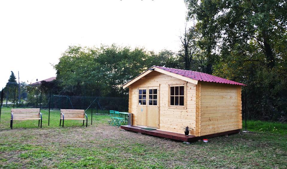 una casetta di legno e due panchine