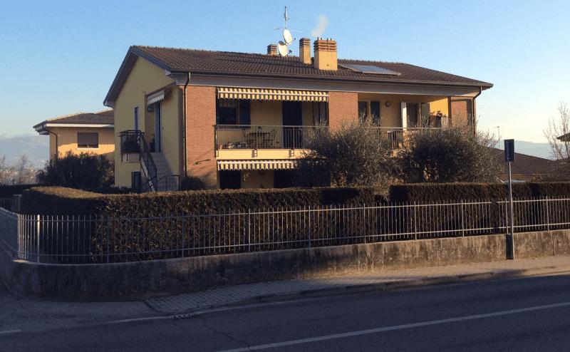 Villetta con giardino e balcone a toni gialli