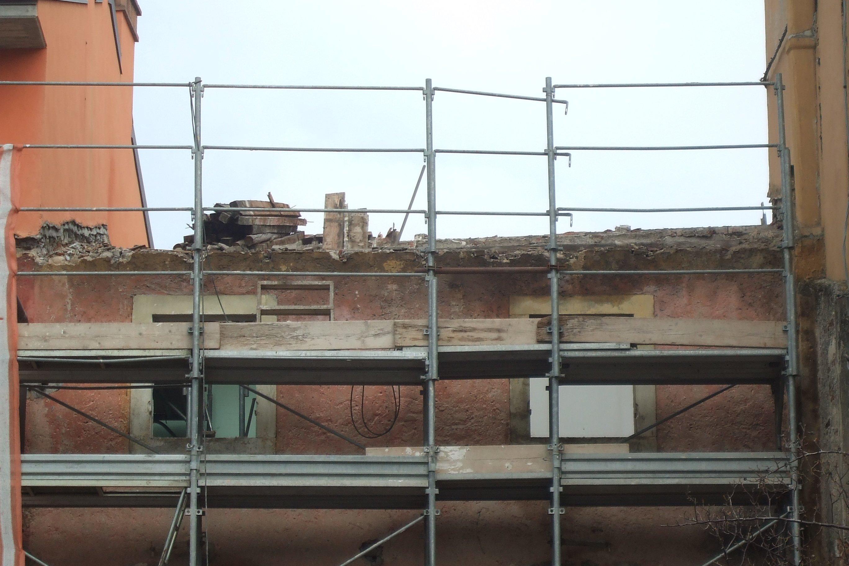 Inizio lavori di ristrutturazione su edificio obsoleto