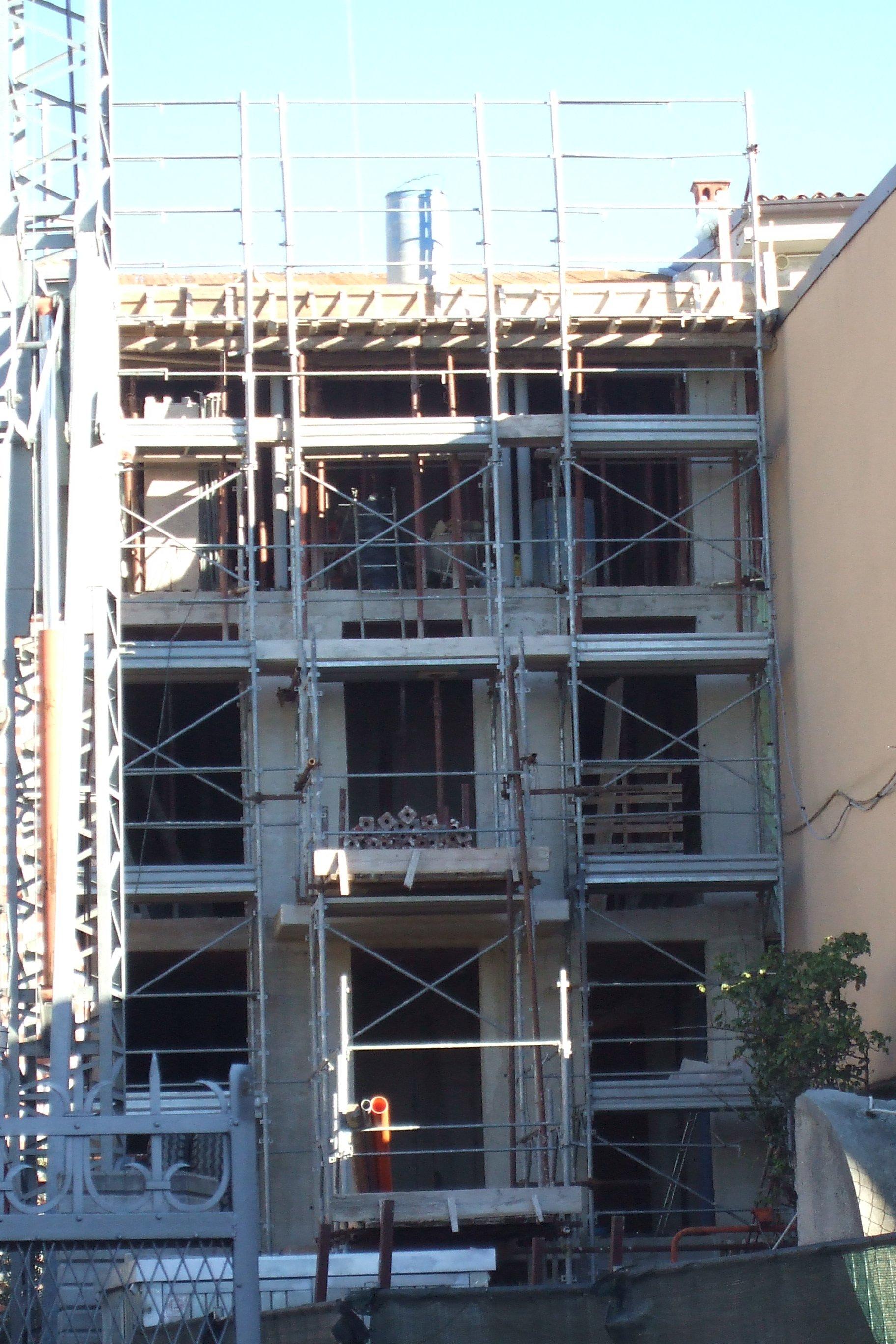 Proseguimento dei lavori di ristrutturazione su edificio obsoleto