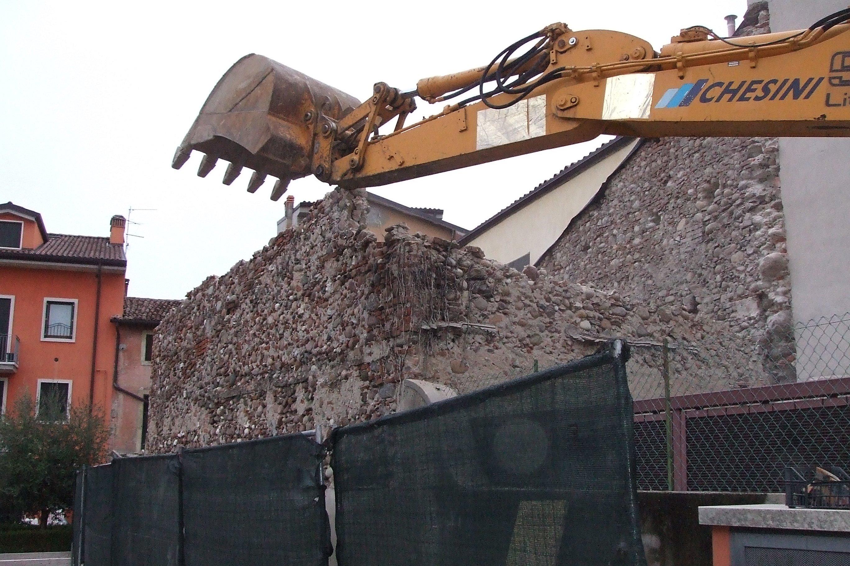 Edificio in fase di demolizione