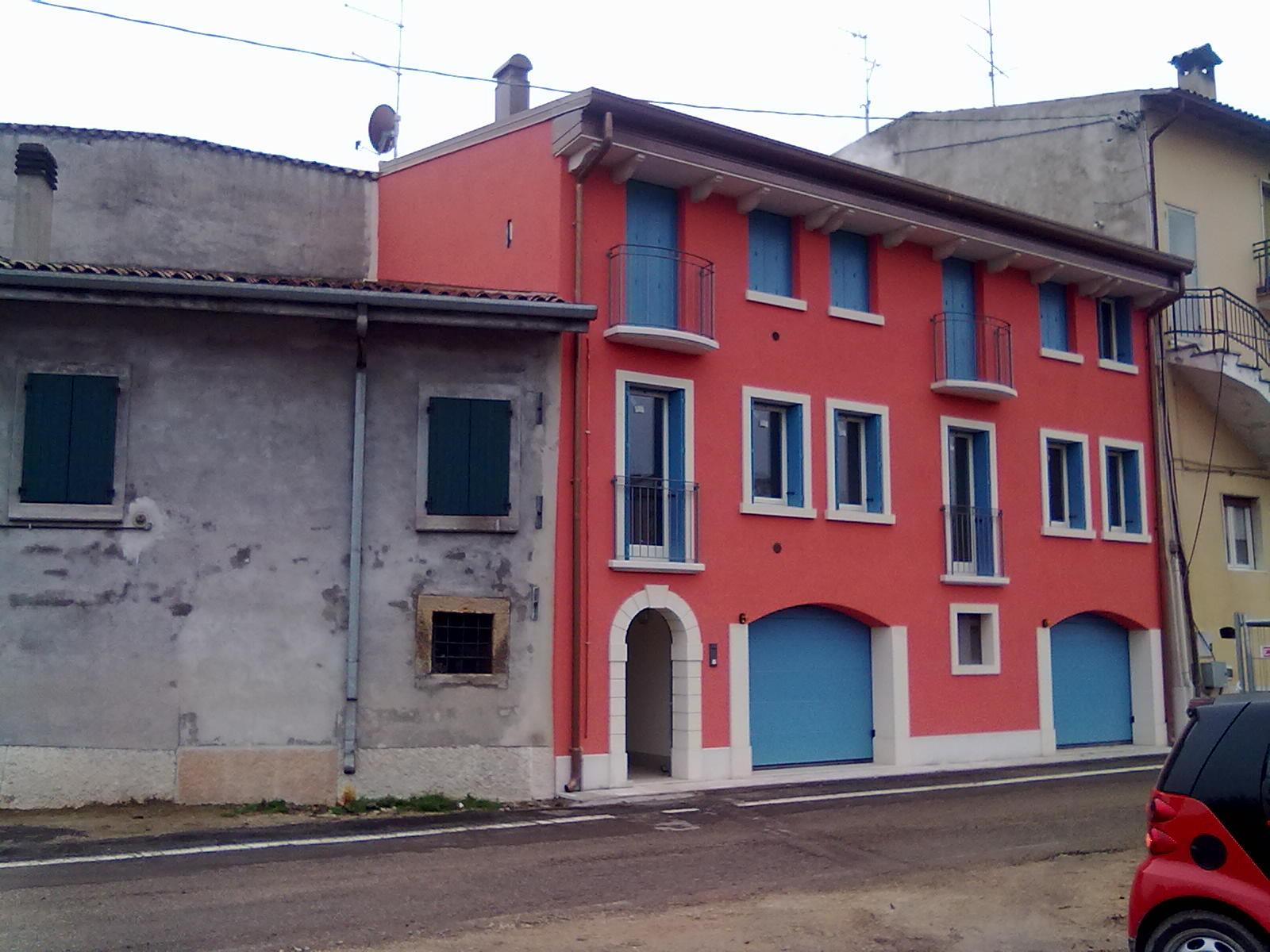 Edificio ristrutturato con colori accesi