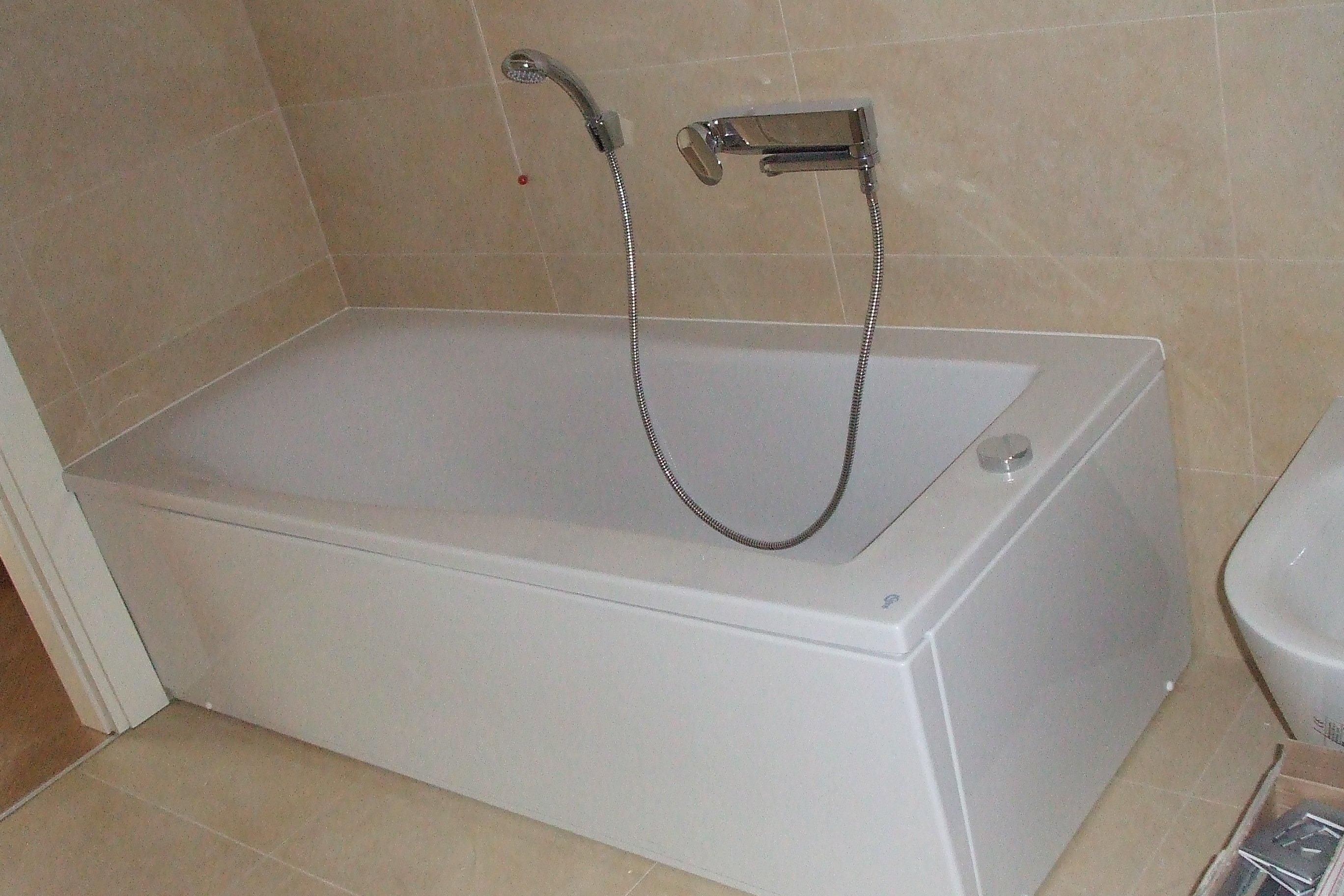 Una vasca da bagno bianca